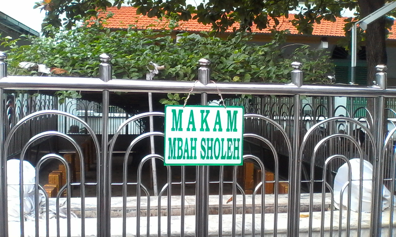 Kisah Mbah Sholeh, tukang sapu Masjid Ampel yang punya 9 makam