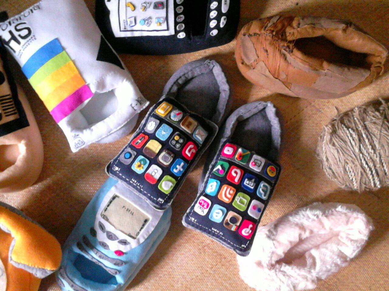 Karya seni yang mempertanyakan penting mana, gadget atau alas kaki?