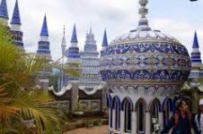 Masjid ini pembangunannya misterius, di sekitarnya ada kolam renang
