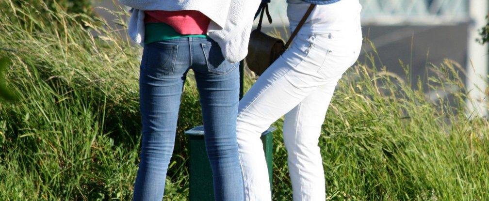 Terlalu lama memakai skinny jeans bikin kaki mati rasa, duh!