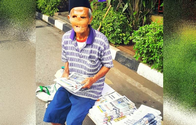Kakek penjual koran semangat mencari nafkah meski fisik renta