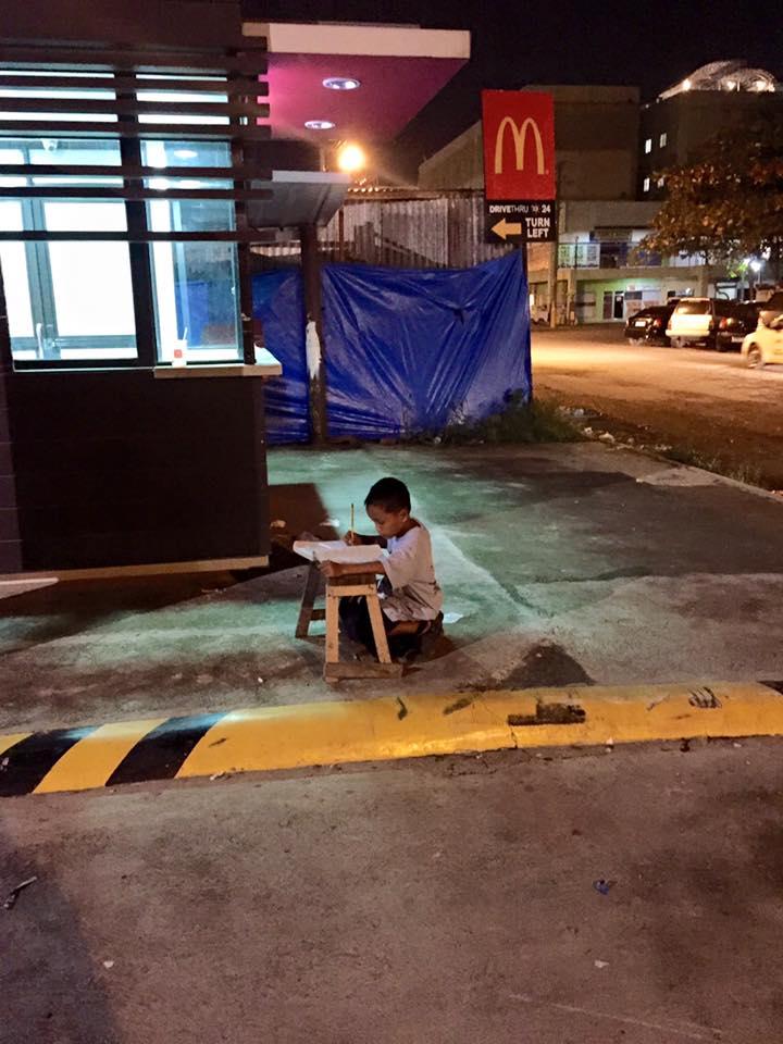 Potret anak kecil sedang belajar di pinggir jalan, luar biasa!