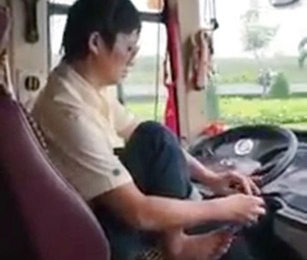 Aksi sopir bus memakai sepatu saat kendaraan melaju kencang