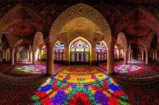 Masjid di Iran ini memantulkan cahaya pelangi, bikin kamu terpukau