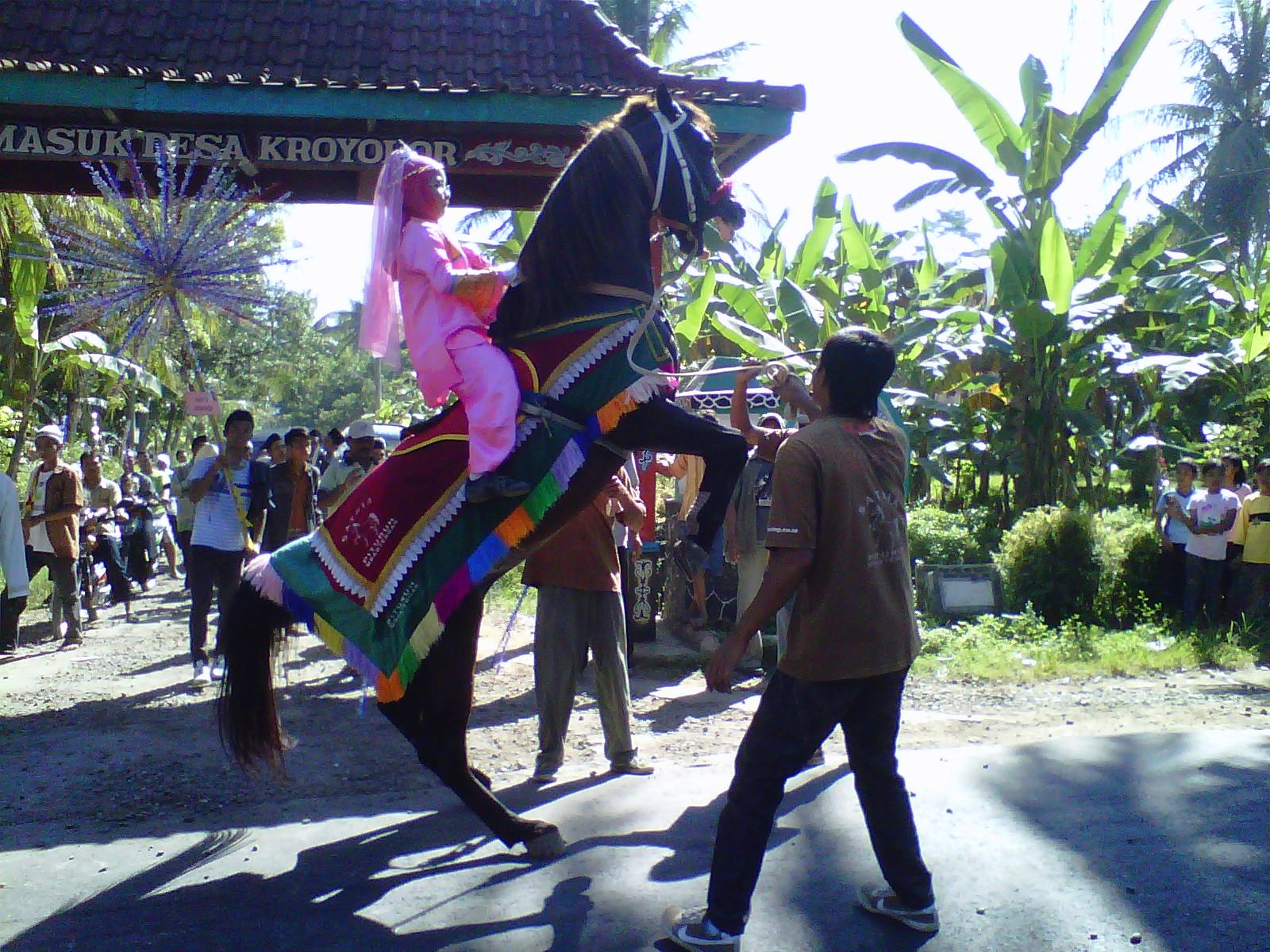 Ngabuburit unik di Purworejo, naik kuda jumping