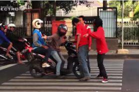 VIDEO: Aksi nekat tegur pemotor injak zebra cross