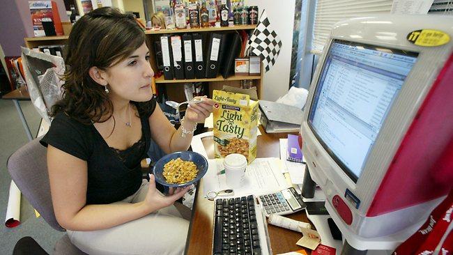 Begini alasan kenapa sebaiknya kamu nggak makan siang di meja kerja