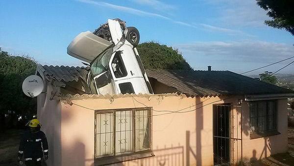 Lagi asik tidur, tiba-tiba rumah ketimpa mobil jatuh dari 'langit'
