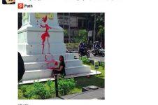 Tugu Jogja dicoret bule asing, netizen marah