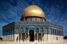 Ini masjid pertama yang memakai kubah di atapnya, dibangun tahun 685