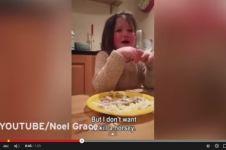 Gadis kecil ini mengajari kita untuk sayang binatang