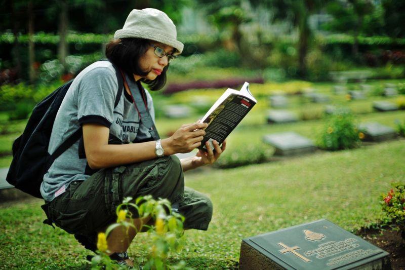 Wanita pehobi mengunjungi kuburan ini sebenarnya penakut