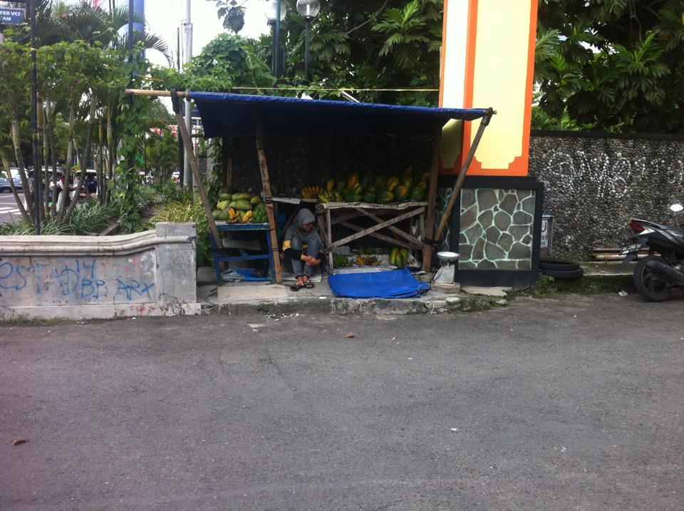 Dari rumah reot 4x5 m ini, Aminin anak PKL penjual buah lulus UGM
