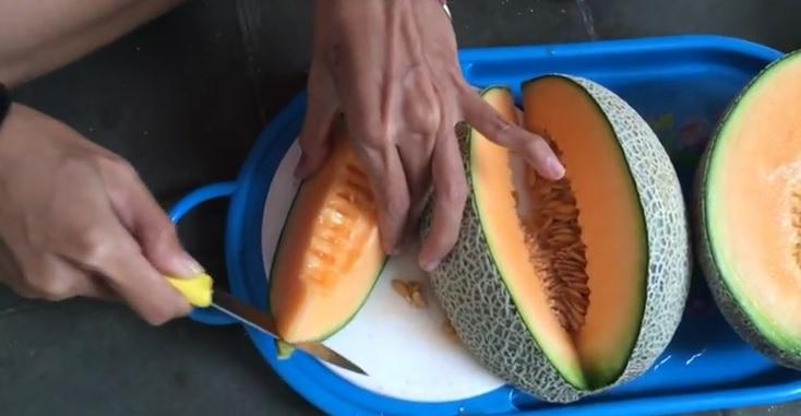 VIDEO: Cara sederhana mengupas melon