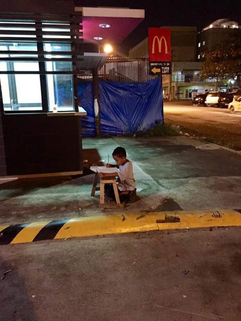 Bocah tunawisma Filipina ini kerjakan PR di jalan, mengharukan!