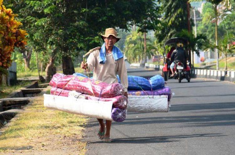 Kisah Tono, penjual kasur keliling yang setia dengan profesinya