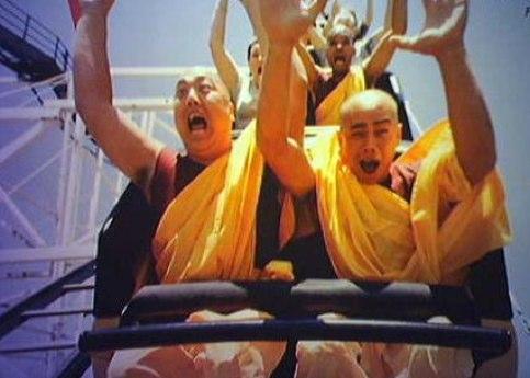 Epik, beginilah ekspresi wajah orang saat naik roller coaster