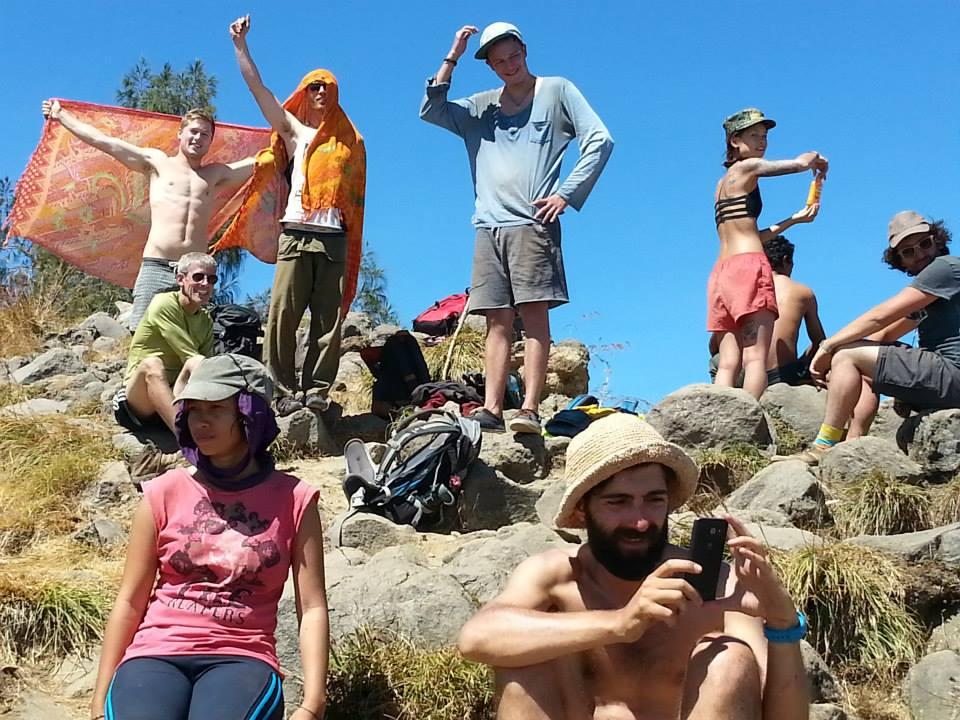 Ramai-ramai para bule sukarela bersihkan sampah Gunung Rinjani, salut!