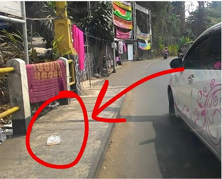 Jangan jadikan jalan sebagai tempat sampah, pengendara sadarlah!