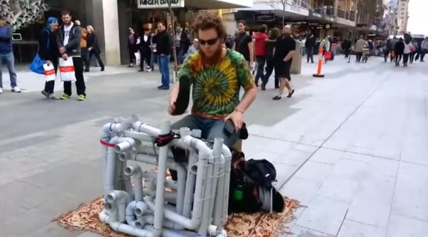 VIDEO: Cuma pakai pipa dan sandal jepit, pria ini bikin musik merdu