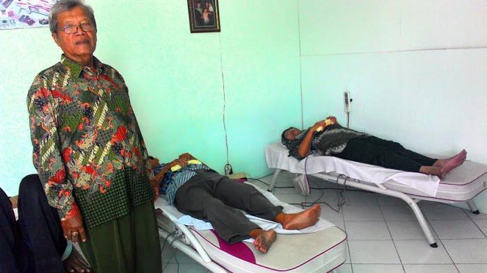 Bersyukur atas kesembuhannya, Sutarno buka terapi tanpa tarif biaya