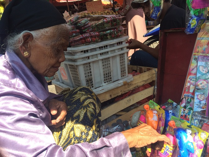 Cerita Mbah Sujak, nenek 110 tahun masih semangat jualan mainan anak
