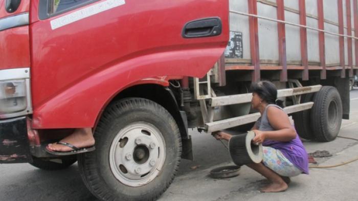 Siti, ibu perkasa tukang tambal ban truk