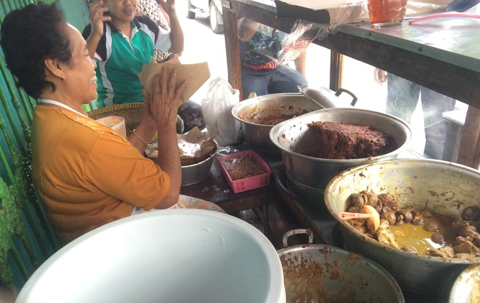 Dijajakan di trotoar, kelezatan gudeg Bu Manto tak kalah dari restoran