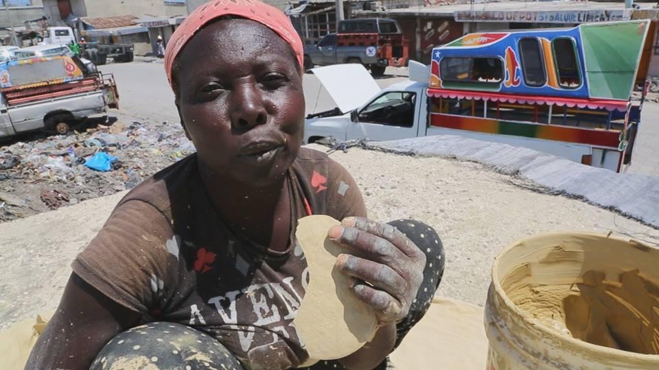 Saking miskinnya, penduduk negara ini makan roti dari lumpur