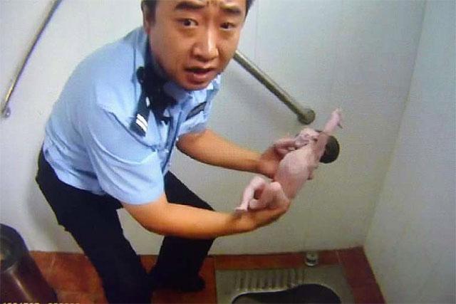 Kejam! Habis dilahirkan bayi ini dimasukkan ke lubang WC oleh ibunya