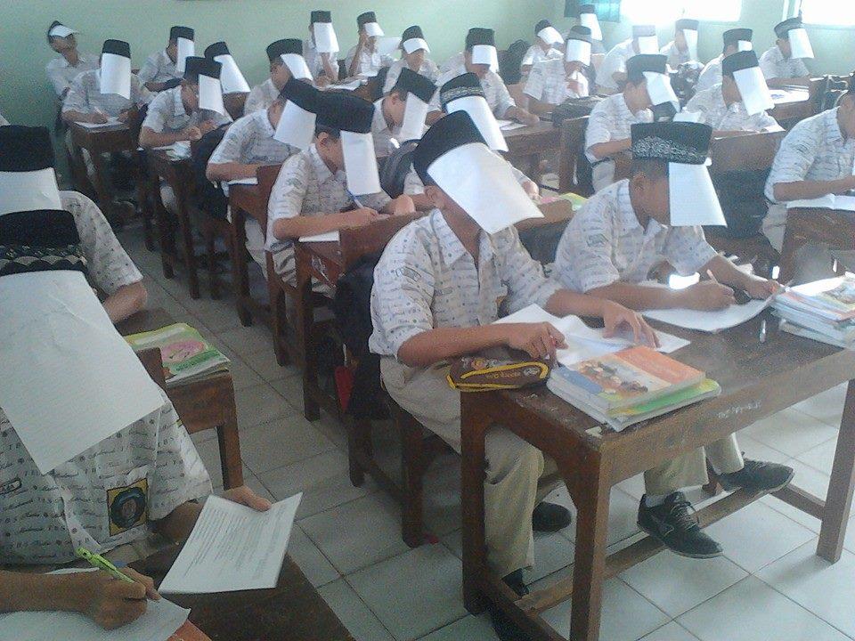 Hindari nyontek, siswa di Kudus tutup wajah dengan kertas saat ulangan