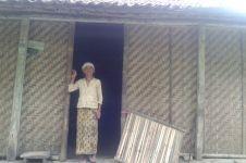 Ironis, nenek pemilik wisata alam Pulosari ini tinggal di rumah gedhek