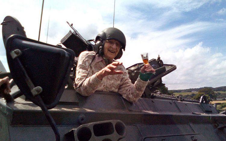 Rayakan ulang tahun ke-101, nenek ini kendarai tank, wah!