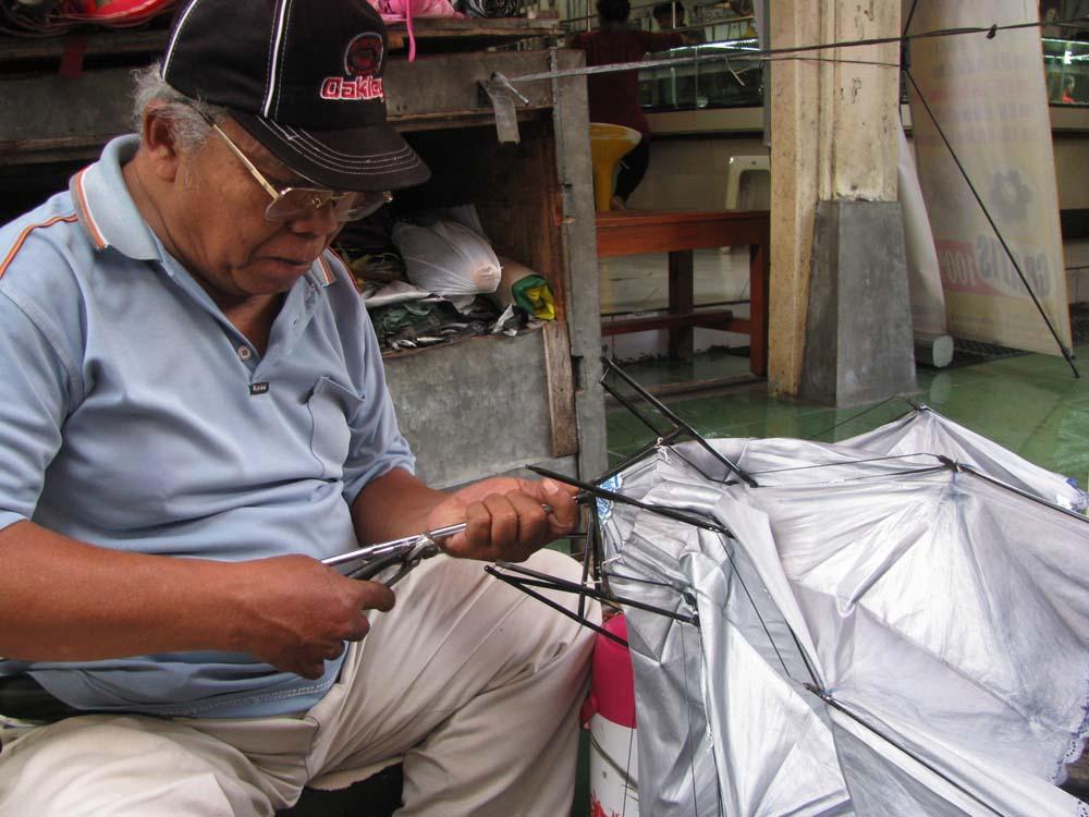Pak Ali, 37 tahun setia menekuni profesi tukang reparasi payung