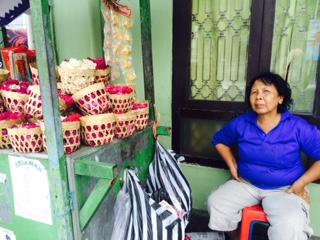 Kisah Yani, 18 tahun bertahan jual bunga tabur meski sering merugi