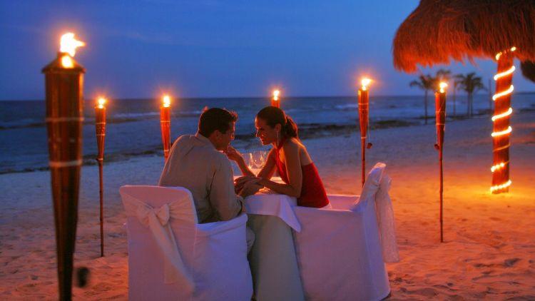 Ingin rayuanmu terdengar romantis di mata cewek? Traktirlah dia