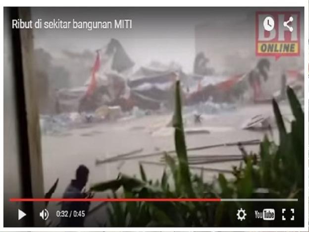 VIDEO: Pria ini berlutut & berdoa di bawah terjangan angin ribut