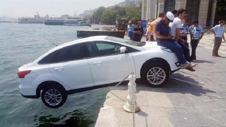 VIDEO: Ini cara orang Turki selamatkan mobil nyaris terjun ke laut