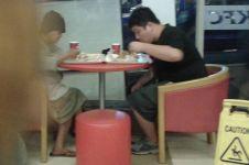 Potret pria traktir makan nenek gelandangan tuai pujian dari netizen