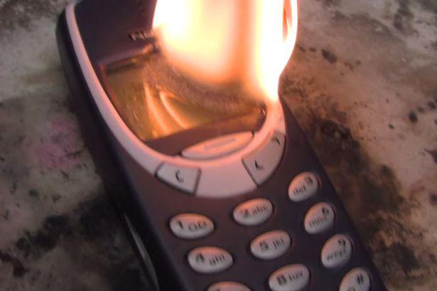 VIDEO: Tangguh! Dibakar 3 kali, 'jeroan' Nokia 3310 masih utuh