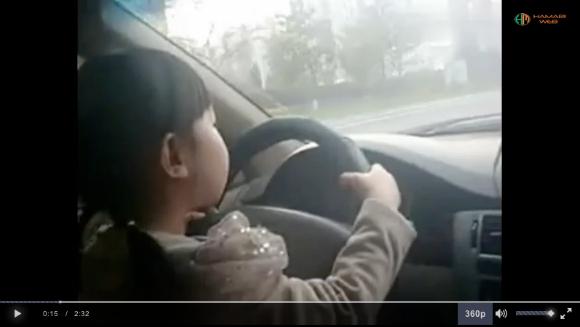 Geger, orangtua biarkan anak berusia 5 tahun setir mobil di jalanan