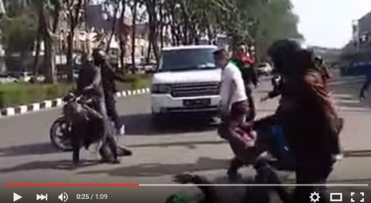 VIDEO: Paranormal Ki Kusumo dibully 10 orang di jalanan