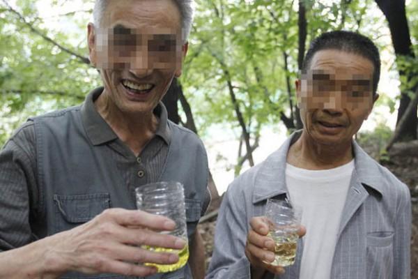 Alasan kesehatan, anggota komunitas ini rutin minum urine sendiri