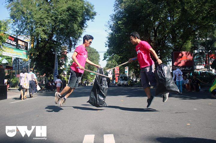 Anak-anak muda ini sukarela singkirkan sampah di lokasi bekas acara