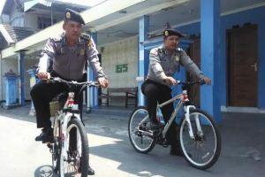 Biar menjangkau ke tengah permukiman, polisi di sini patroli bersepeda