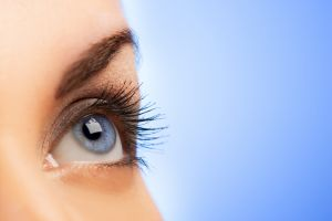 Jangan lakukan hal-hal ini saat memakai lensa kontak