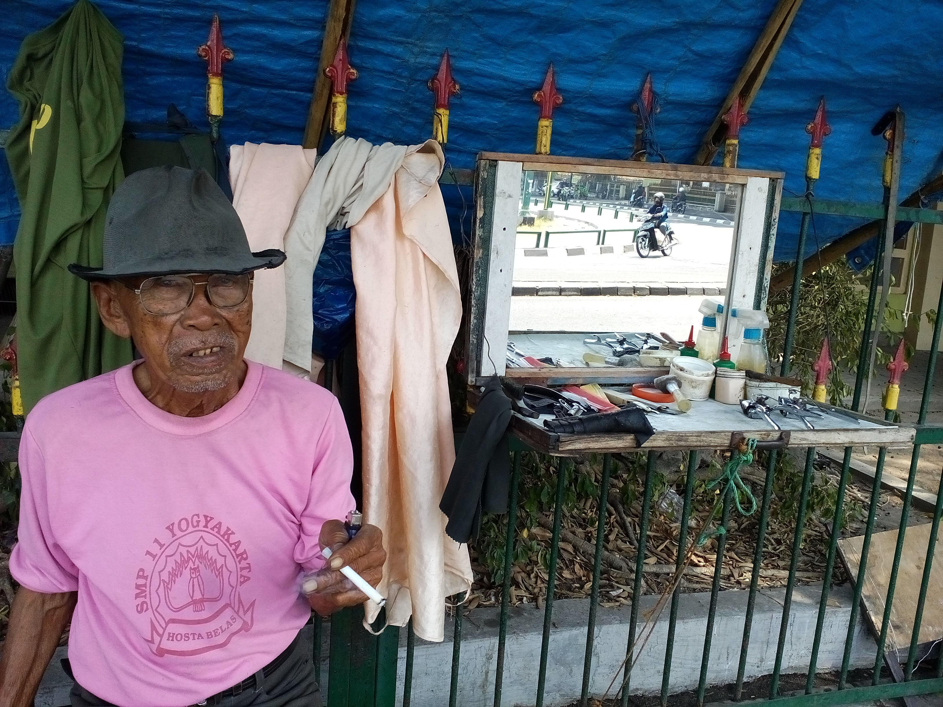 Mbah Narto tukang cukur pinggir jalan yang punya pelanggan anggota DPR