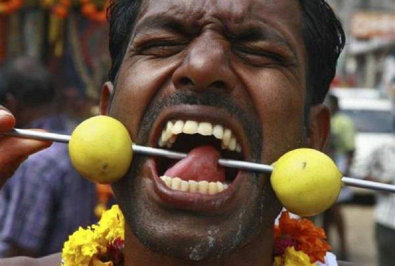 20 Ritual aneh yang hanya dilakukan orang India