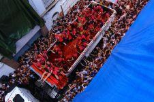 20.000 Orang lempar-lemparan tomat di tengah kota, ada apa ya?