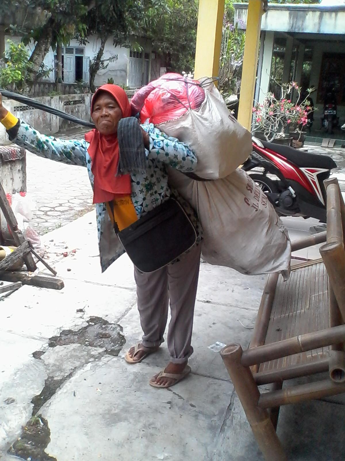 Mbah Wiji kuat menggendong 1 karung rongsok demi 1 kg beras
